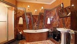 Необычная отделка ванной мрамором