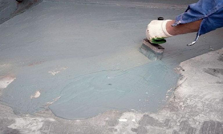 Жидкую гидроизоляцию наносят кистью