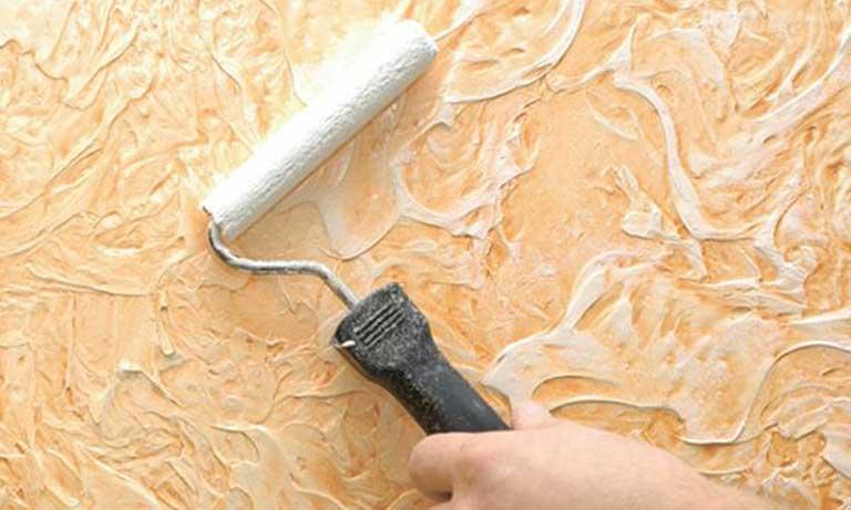 Окраска валиком декоративной поверхности стен