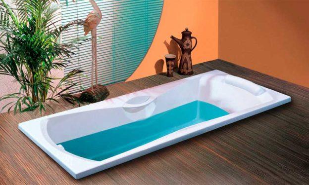 Встроенная ванна в подиум в ванной комнате