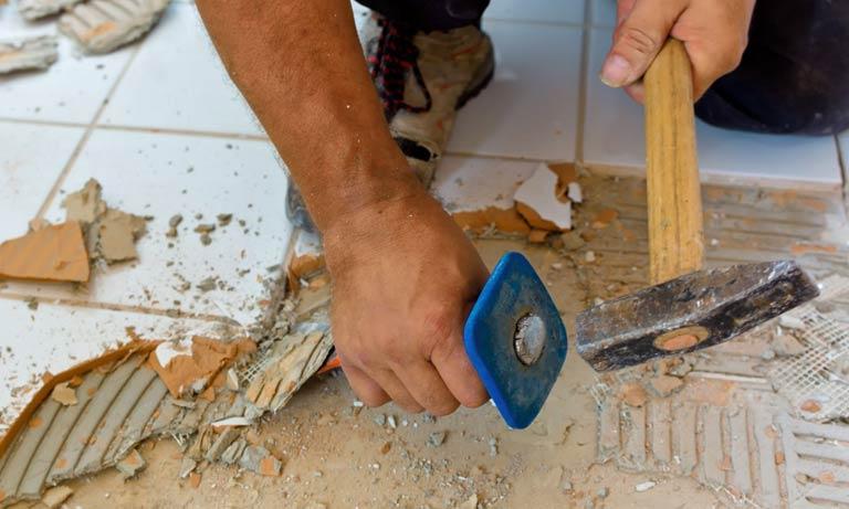Способ демонтажа плитки на полу вручную