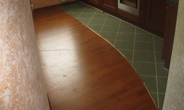 Комбинированный кухонный пол ламинат и плитка
