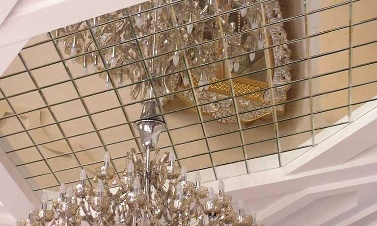 Использование плитки из зеркала на потолке