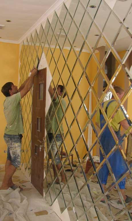 Монтаж зеркальной плитки на стену