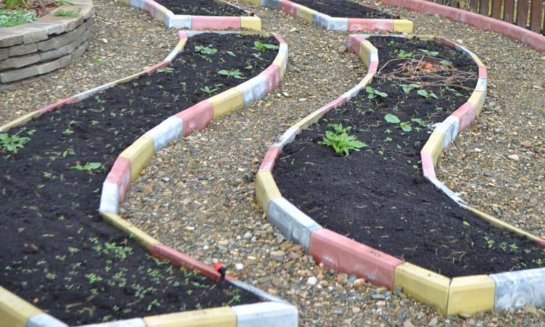 Разноцветные садовые бордюры станут украшением вашего двора