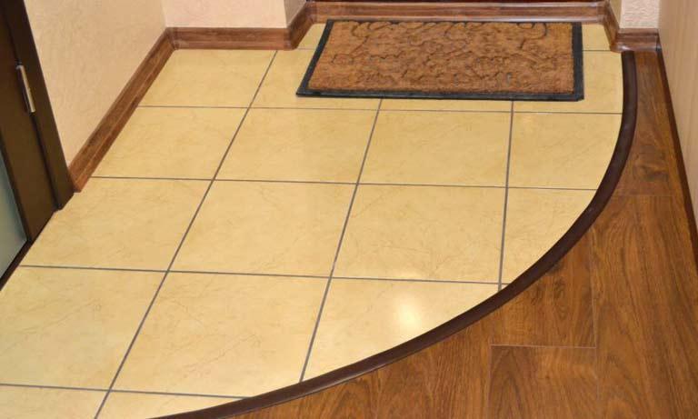 Сочетание материалов на пол в коридор плитка и ламинат