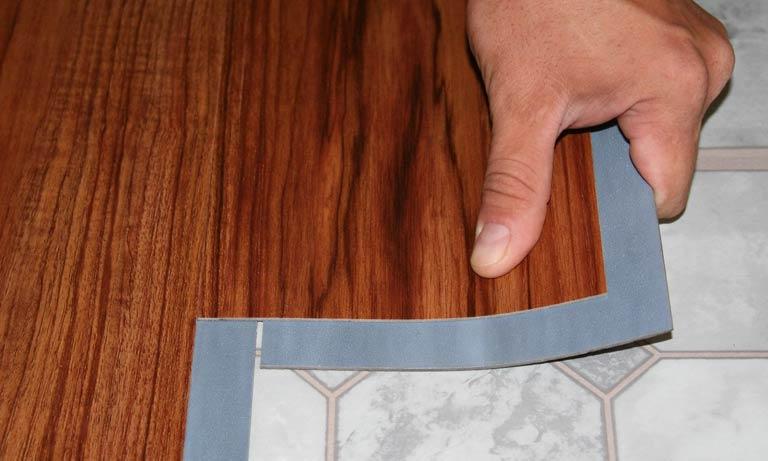 Монтаж плитки на пол из ПВХ