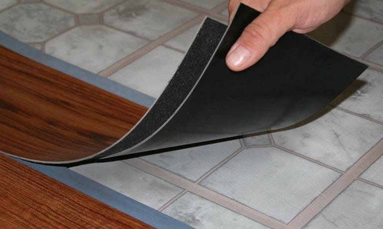 Самоклеющаяся ПВХ плитка при монтаже не требует большого опыта