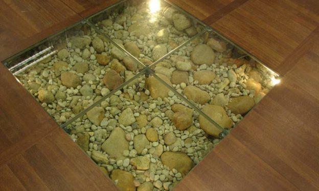 Классический вариант стеклянного пола декорированного морскими камушками