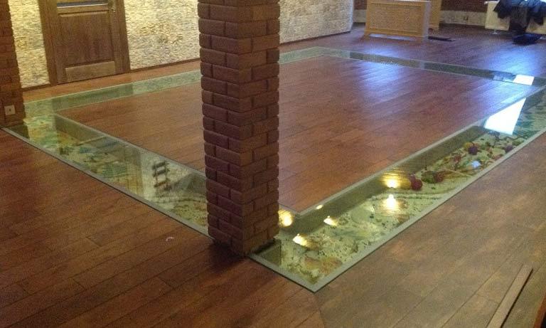 Чаще всего в полу для декорации делают стеклянные ниши