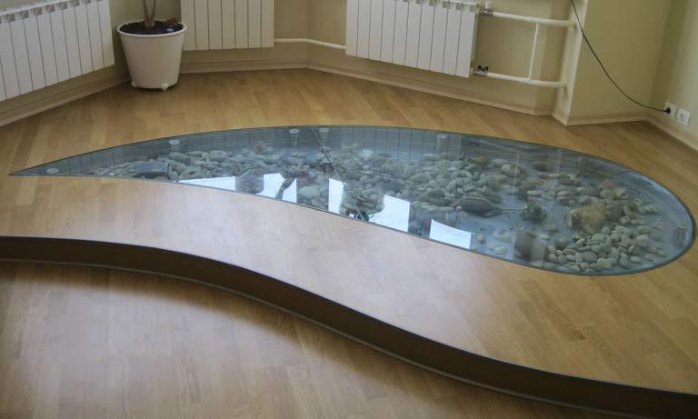 Это пример стеклянного пола в доме с подиумом