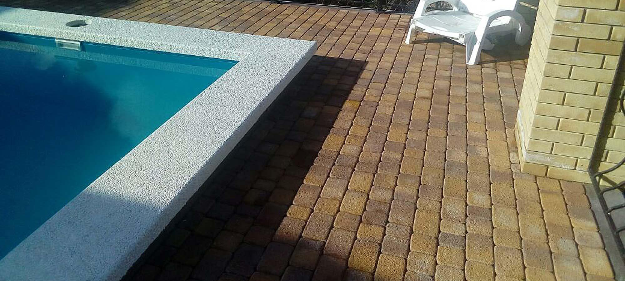 Укладка тротуарной брусчатки вокруг бассейна