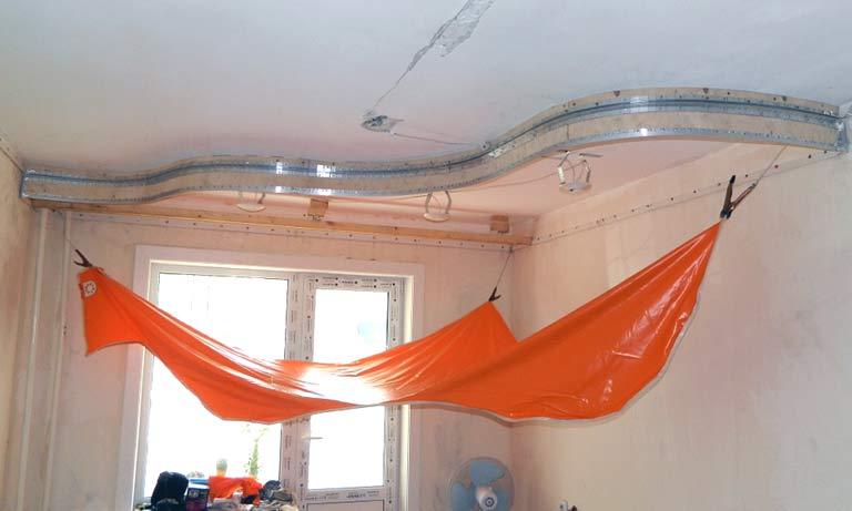 Начало монтажа многоуровневого натяжного потолка