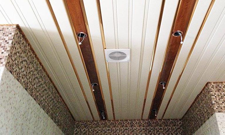 В этом туалете потолок подвесной алюминиевый реечный