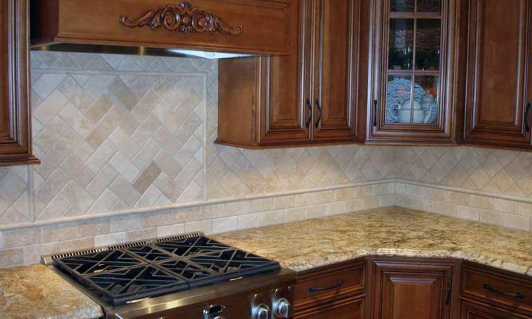 Классический вариант отделки стен на кухне в рабочей зоне