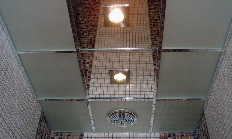 Потолок в туалете отделан зеркальной плиткой