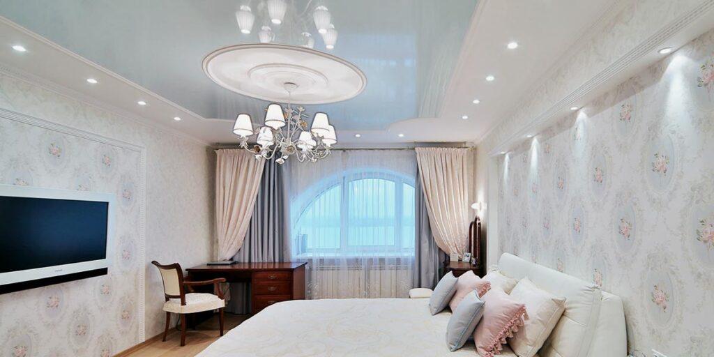 Комбинированный зеркальный натяжной потолок с гипсокартоном в спальне
