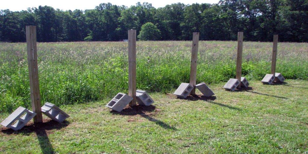 Монтаж деревянных заборных столбиков