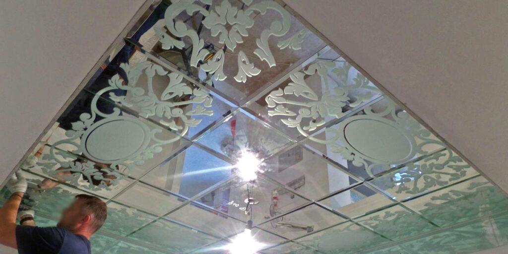 Монтаж зеркального потолка в спальне